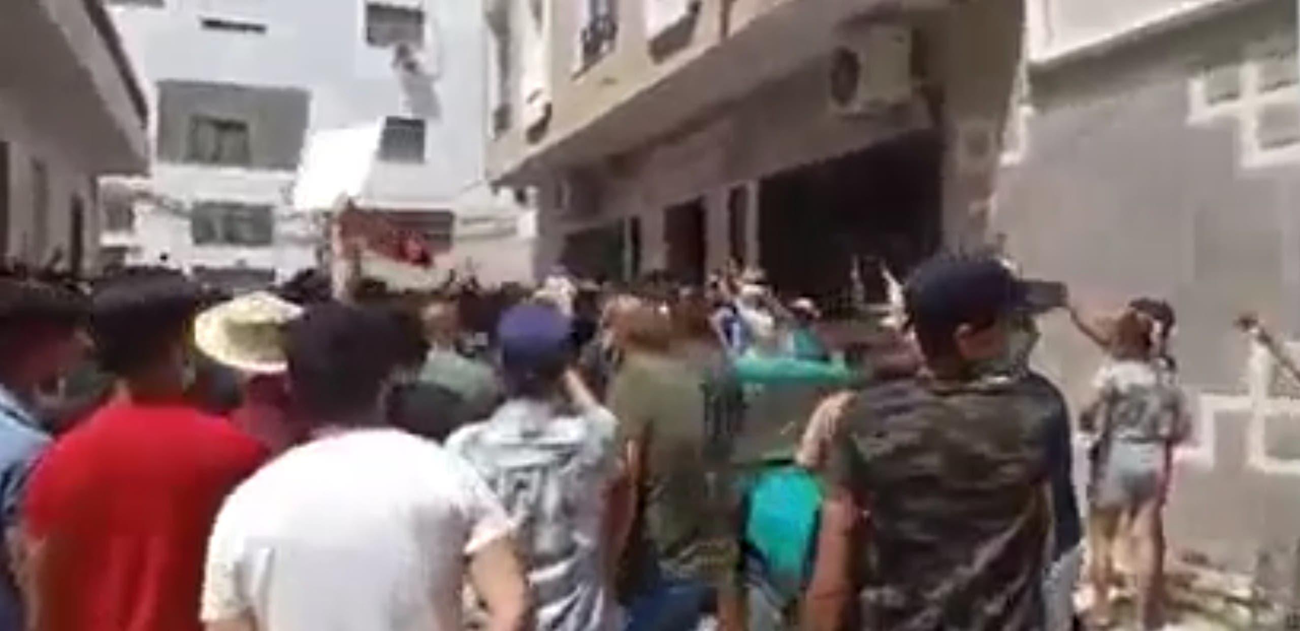 اقتحام مقرات حركة النهضة فى تونس (4)