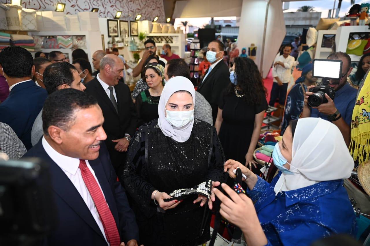 وزيرة التضامن فى المعرض