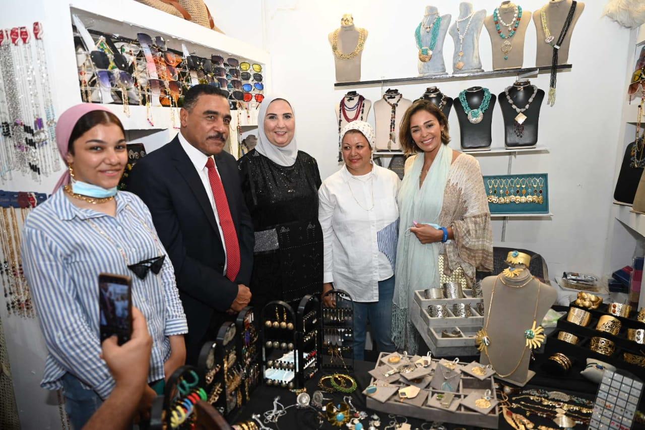 الوزيرة مع المشاركين بالمعرض