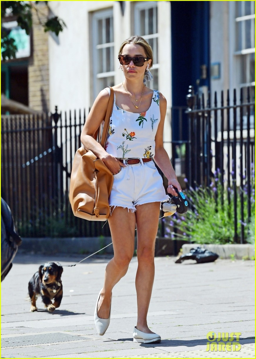 emilia-clarke-cute-summer-outfit-to-take-dog-for-a-walk-03