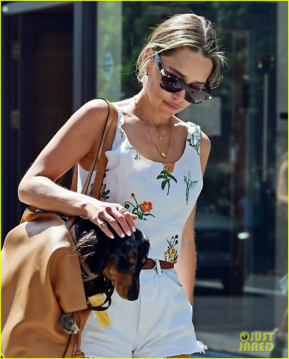 emilia-clarke-cute-summer-outfit-to-take-dog-for-a-walk-02
