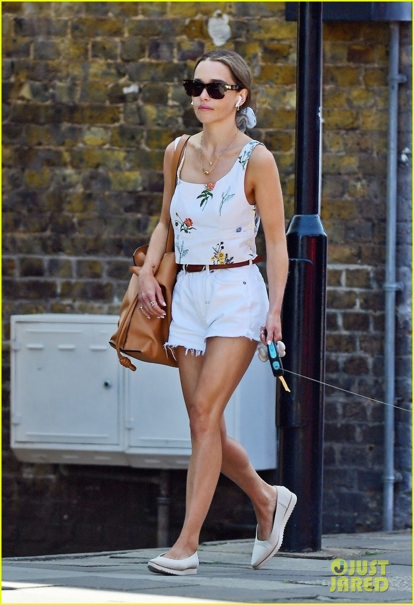emilia-clarke-cute-summer-outfit-to-take-dog-for-a-walk-01