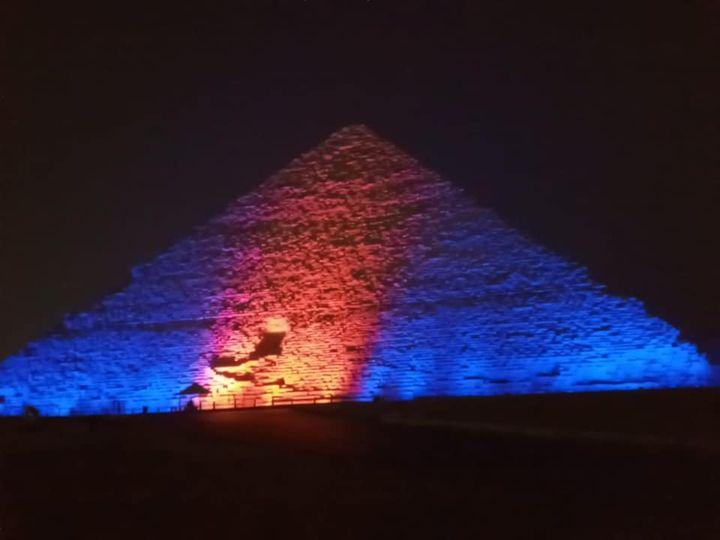 اضاءة الأهرامات بمناسبة اليوم العالمى للكبد
