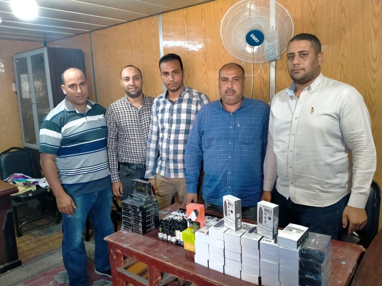 تهرب عدد من الأسلحة البيضاء والهواتف المحمولة والسجائر الإلكترونية (2)