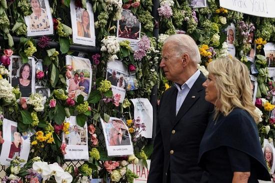 الرئيس جو بايدن والسيدة الأولى جيل بايدن يزوران النصب التذكاري