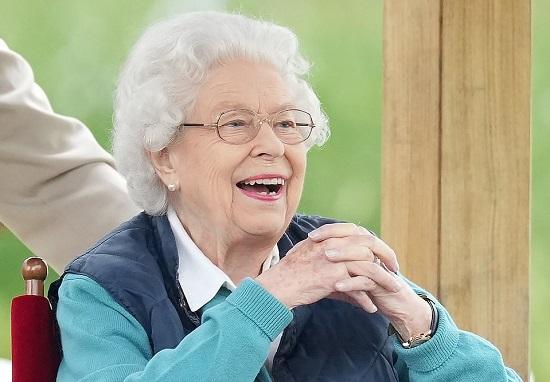 الملكة مبتهجة وهي تشاهد أحداث الفروسية