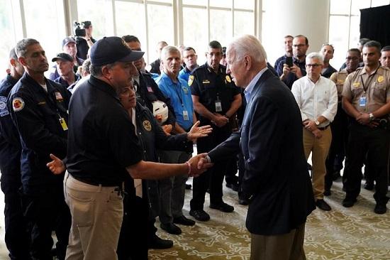 الرئيس جو بايدن يصافح المدير المالي لفلوريدا جيمي باترونيس