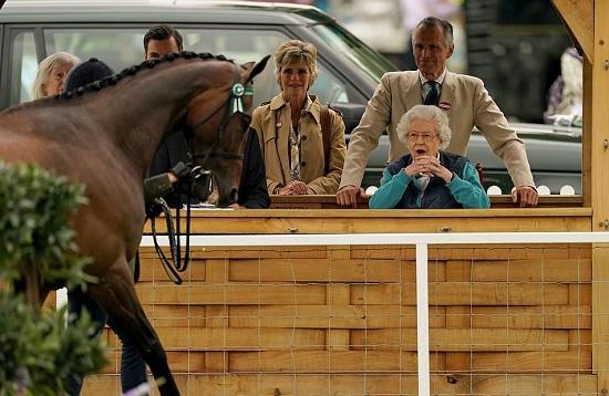 الملكة تشاهد عرض الفروسية
