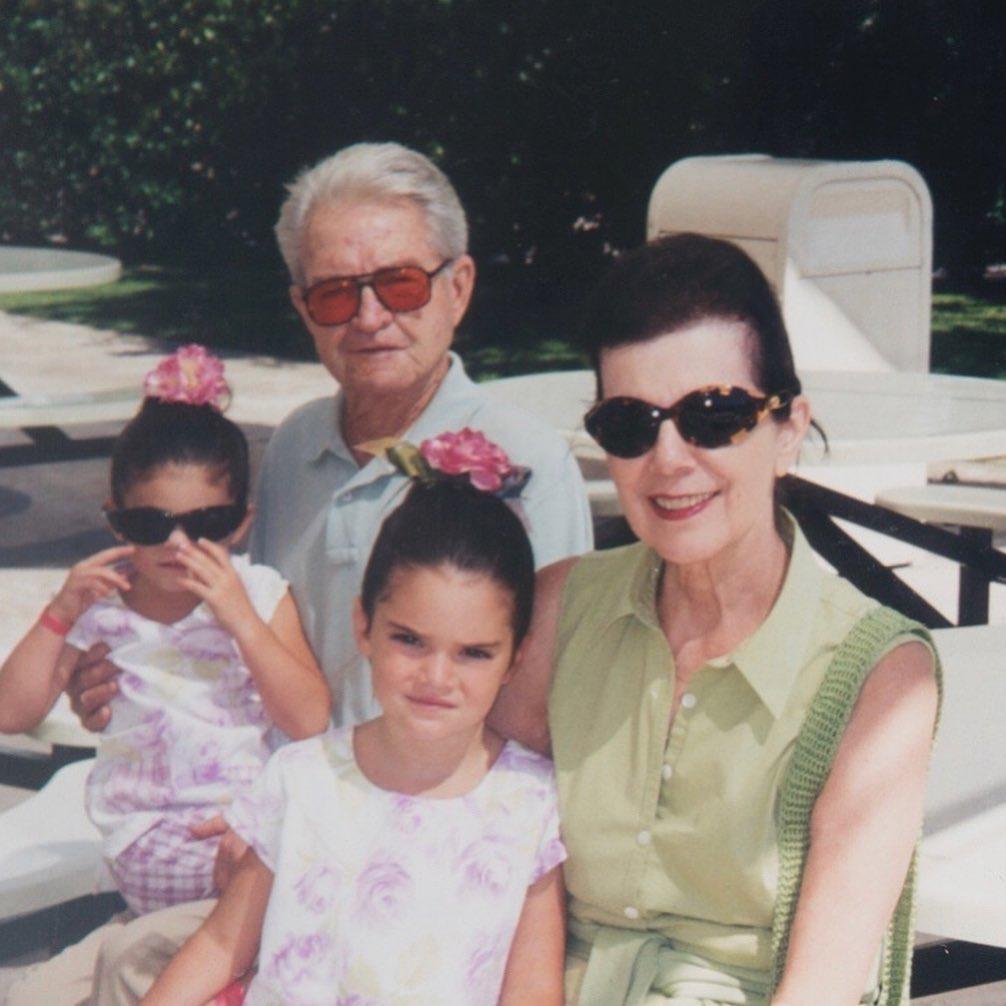صورة عائلية مع جدة كيم كارداشيان (27)