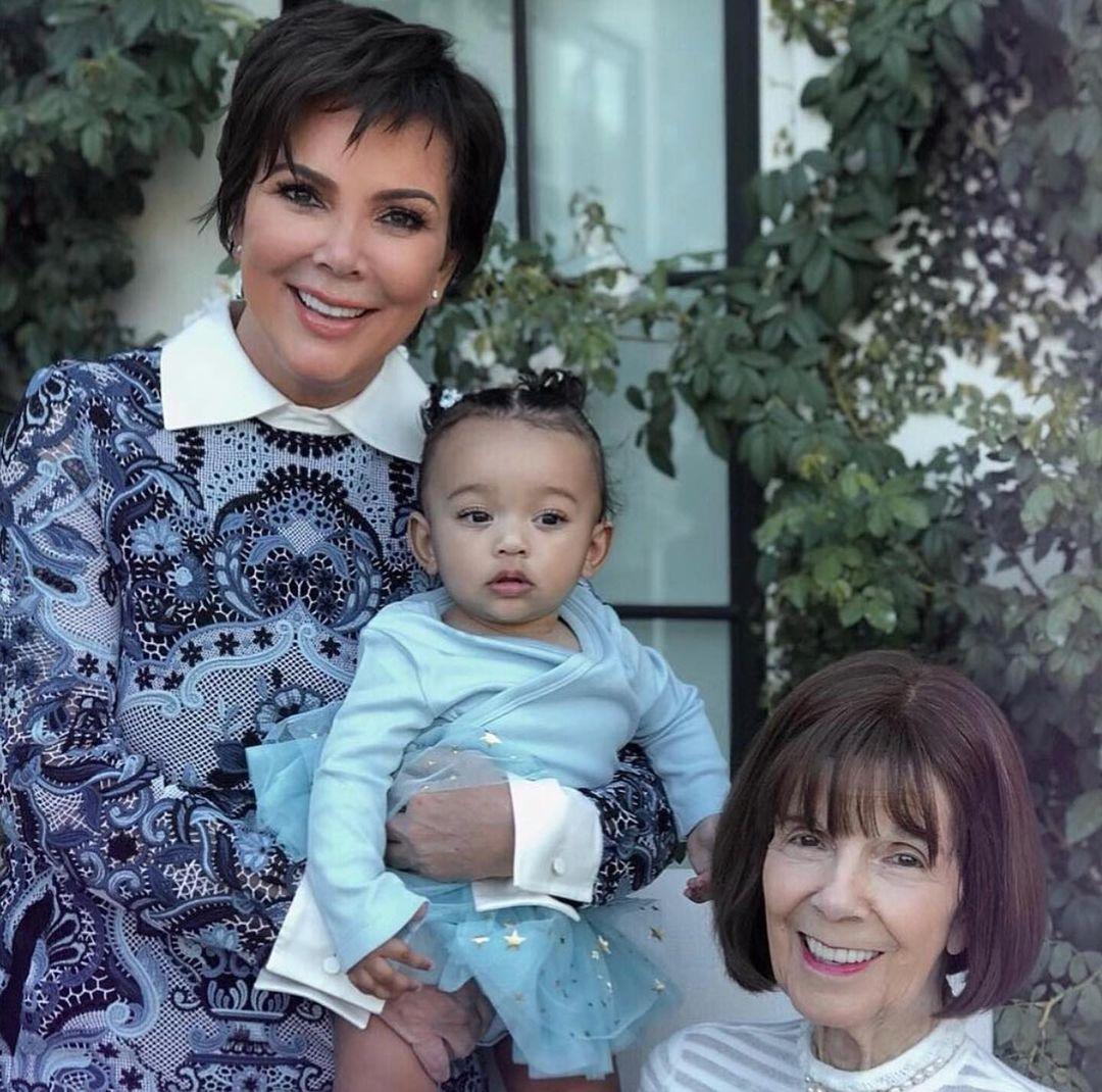 صورة عائلية مع جدة كيم كارداشيان (17)