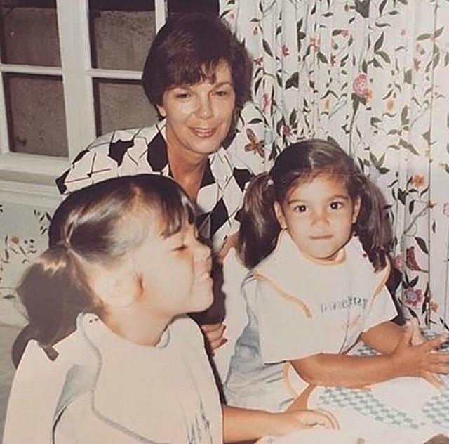 صورة عائلية مع جدة كيم كارداشيان (21)