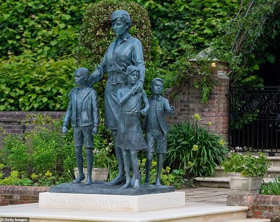158939-تمثال-يعبر-عن-مواقف-ديانا-تجاه-الإنسانية