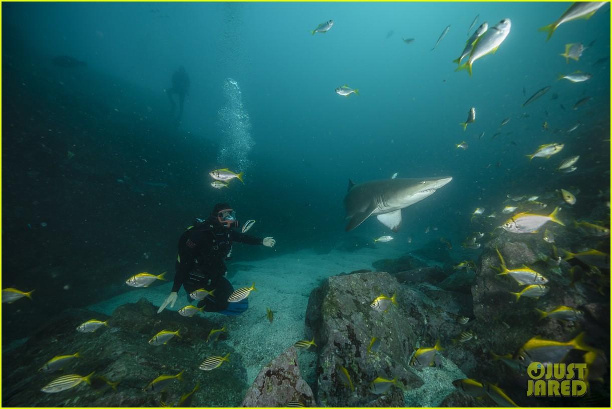 chris-hemsworth-shark-week-programming-05