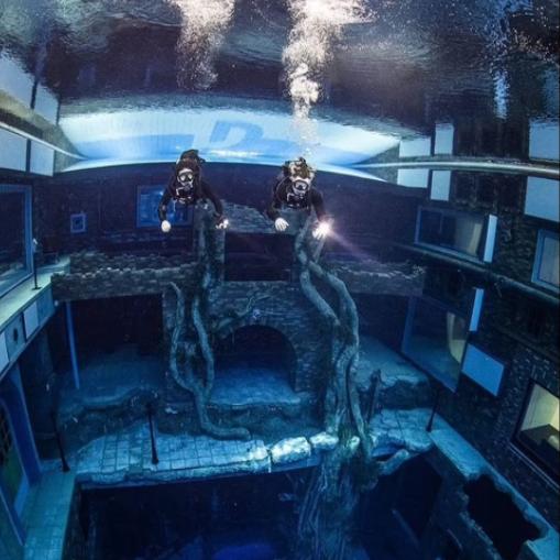 استكشاف المكان تحت الماء