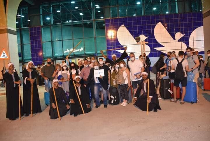 فرق شعبية تستقبل أول رحلة جوية قادمة من مدريد
