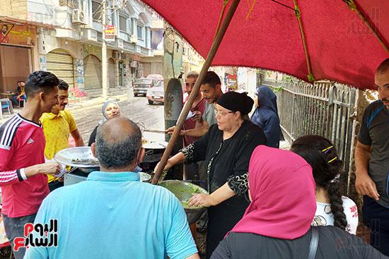 كفاح-أم-حسين-أشهر-بائعة-طعميه-فى-طنطا.