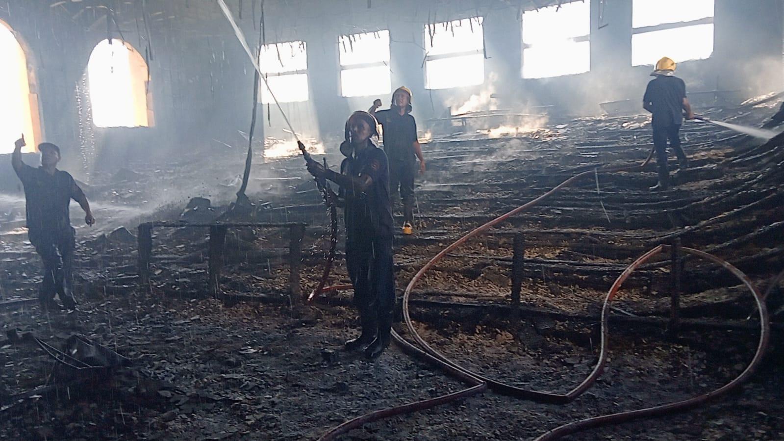 محافظ كفر الشيخ ونائبه يتفقدان آثار حريق بمدرج بكلية الثروة السمكية.