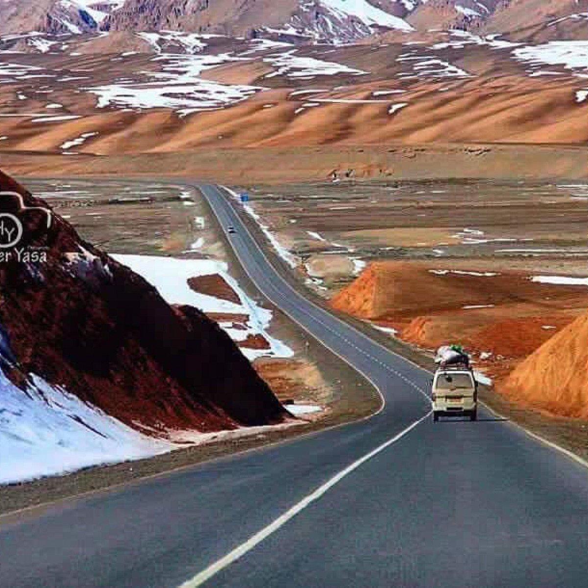 طرق ممهدة بين جبال تكسوها الثلوج