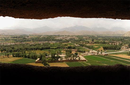 منظر عام للمدينة من خلال أحد الكواتين الفارغين لتماثيل بوذا التي دمرتها حركة طالبان