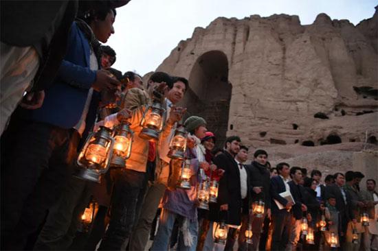 سكان ونشطاء بالقرب من مكان إقامة تمثال بوذا صلصال ، أفغانستان