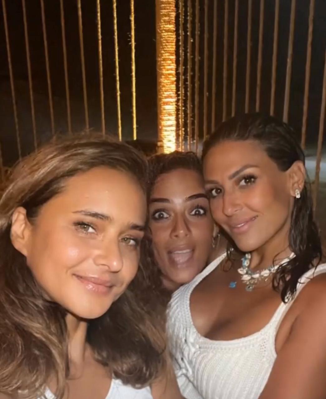 نيللى كريم برفقة اصدقائها المقربين في الساحل الشمالي  (2)
