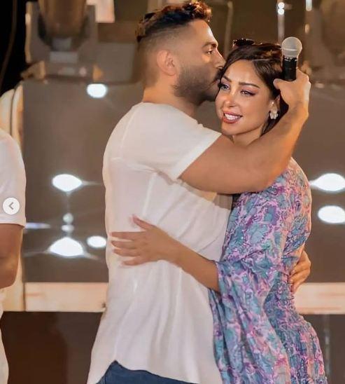تامر حسني يقبل رأس زوجته بسمة بوسيل
