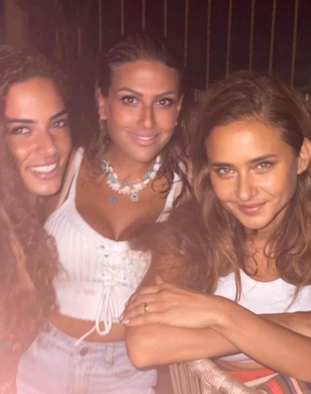 نيللى كريم برفقة اصدقائها المقربين في الساحل الشمالي  (3)