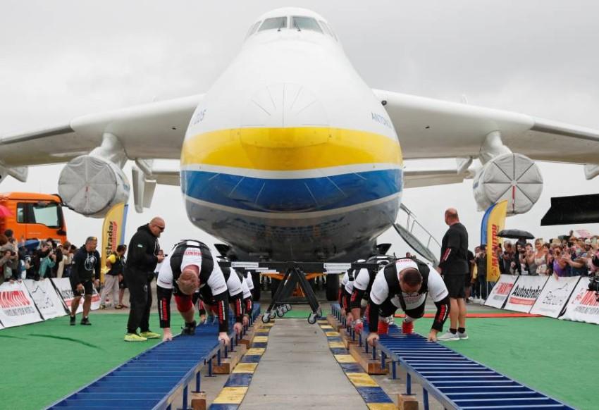 8 رياضيين يسحبون أضخم طائرة شحن في العالم (3)