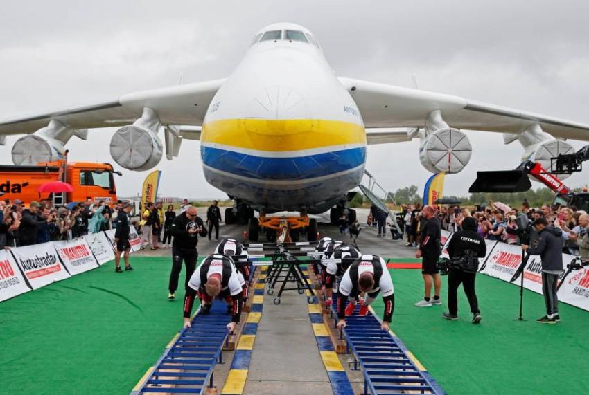 8 رياضيين يسحبون أضخم طائرة شحن في العالم (2)