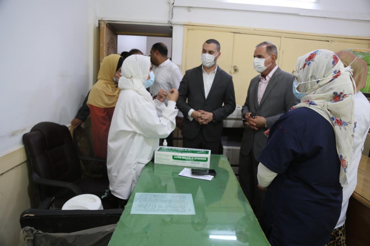 محافظ كفر الشيخ بتابع تلقي العاملين بالديوان للقاح