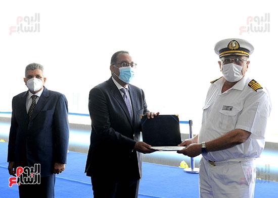 رئيس الوزراء يشهد مراسم رفع العلم على الكراكة حسين طنطاوي (32)