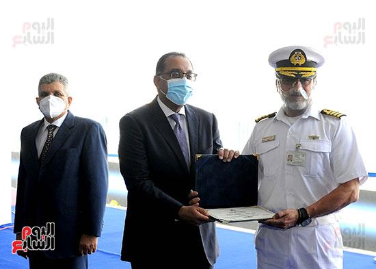 رئيس الوزراء يشهد مراسم رفع العلم على الكراكة حسين طنطاوي (33)