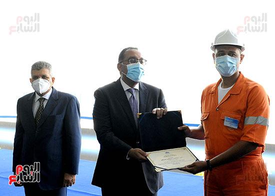 رئيس الوزراء يشهد مراسم رفع العلم على الكراكة حسين طنطاوي (31)