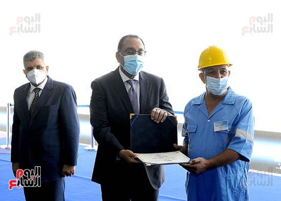 رئيس الوزراء يشهد مراسم رفع العلم على الكراكة حسين طنطاوي (29)