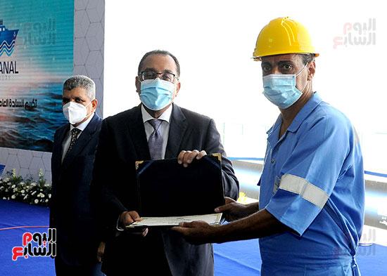 رئيس الوزراء يشهد مراسم رفع العلم على الكراكة حسين طنطاوي (28)