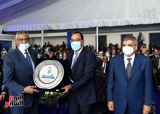رئيس الوزراء يشهد مراسم رفع العلم على الكراكة حسين طنطاوي (11)