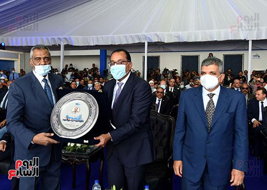 رئيس الوزراء يشهد مراسم رفع العلم على الكراكة حسين طنطاوي (10)