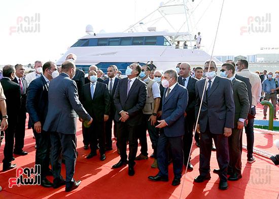 رئيس الوزراء يشهد مراسم رفع العلم على الكراكة حسين طنطاوي (17)