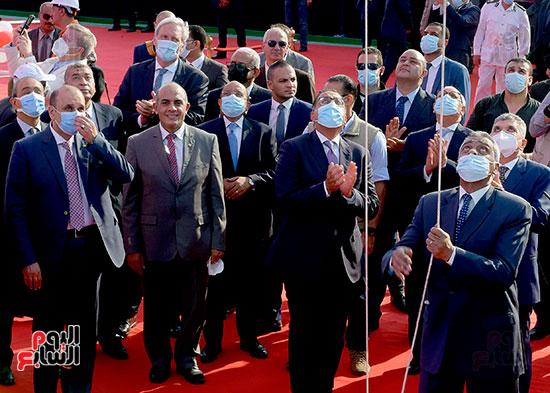 رئيس الوزراء يشهد مراسم رفع العلم على الكراكة حسين طنطاوي (4)
