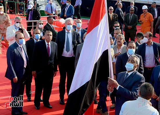 رئيس الوزراء يشهد مراسم رفع العلم على الكراكة حسين طنطاوي (1)