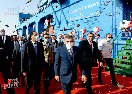 رئيس الوزراء يشهد مراسم رفع العلم على الكراكة حسين طنطاوي (18)