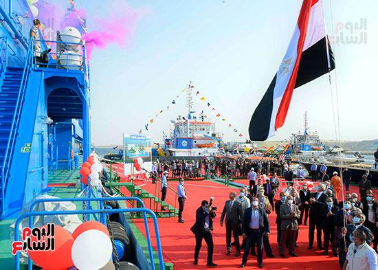 رئيس الوزراء يشهد مراسم رفع العلم على الكراكة حسين طنطاوي (3)