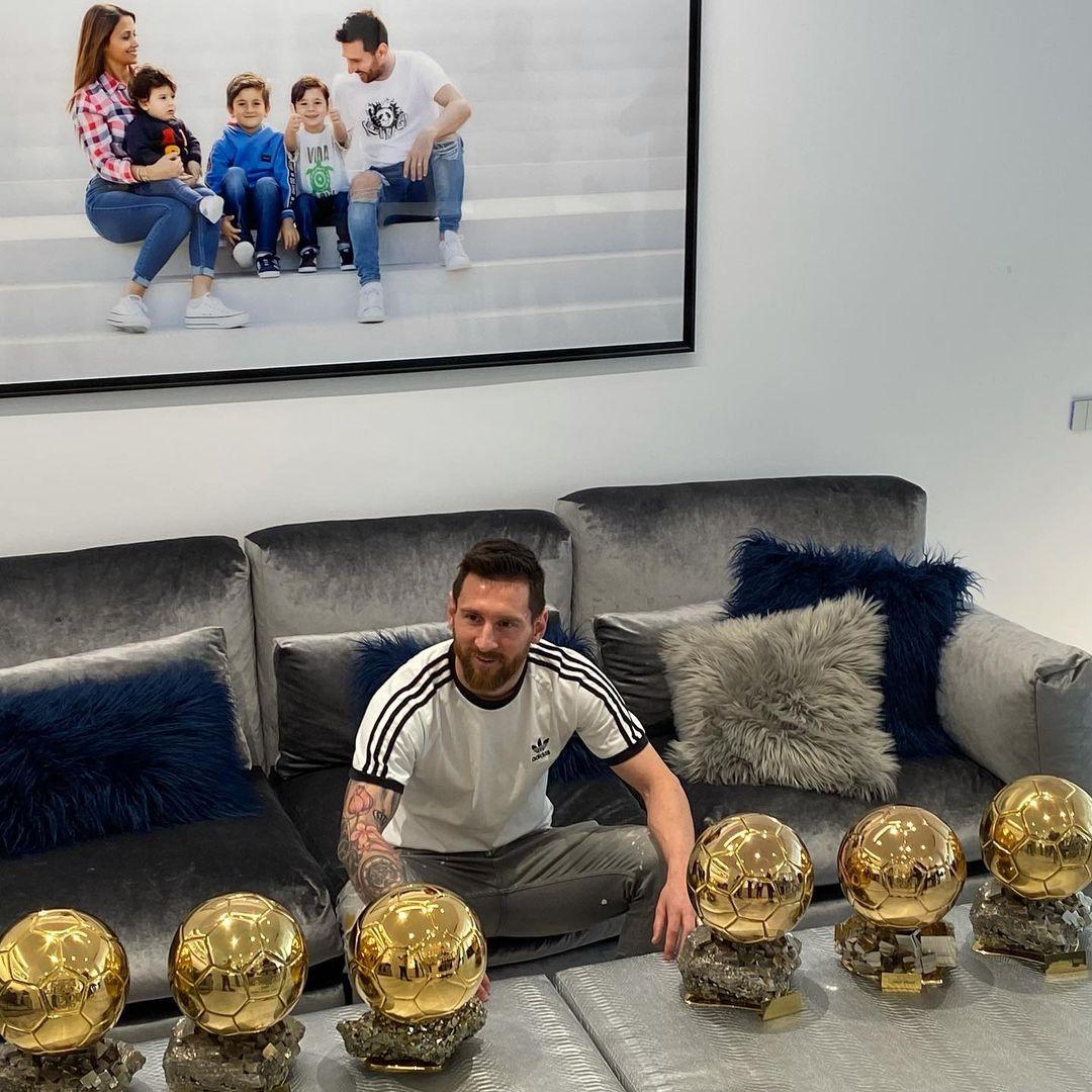 ميسى مع الكرة الذهبية كأفضل لاعب 6 مرات