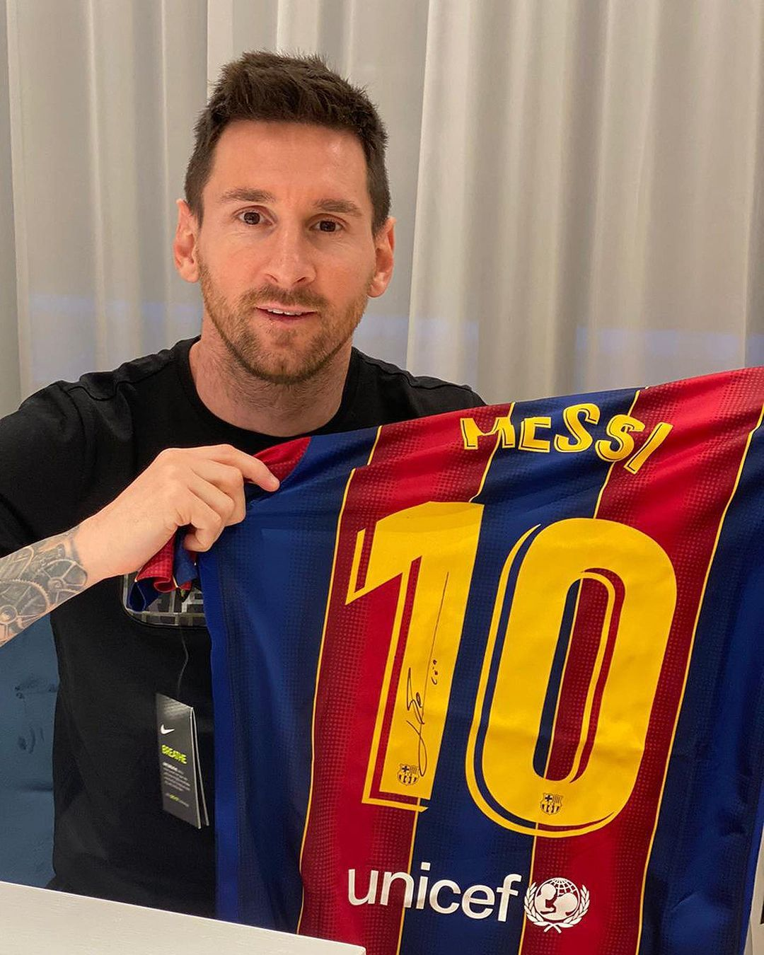 ميسى مع قميص برشلونة