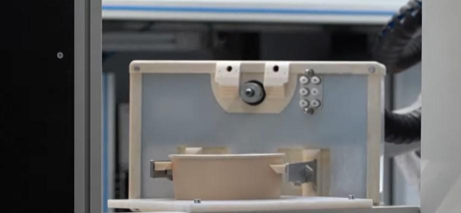 الروبوت يقدم طبق المكرونة