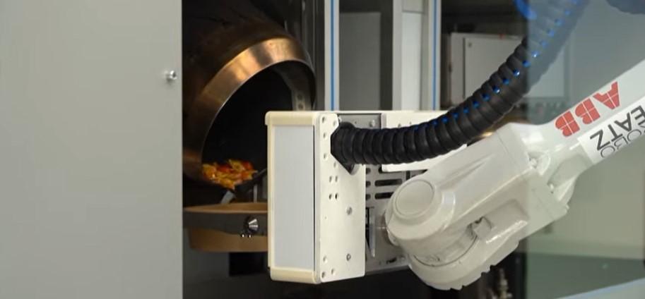 إحدى مراحل تجهيز الروبوت لطبق المكرونة