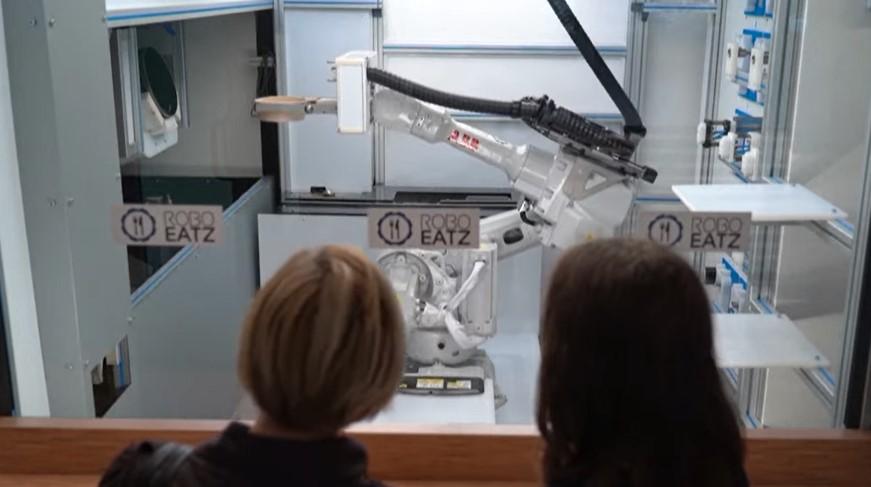 روبوت يجهز الطعام أمام الزبائن