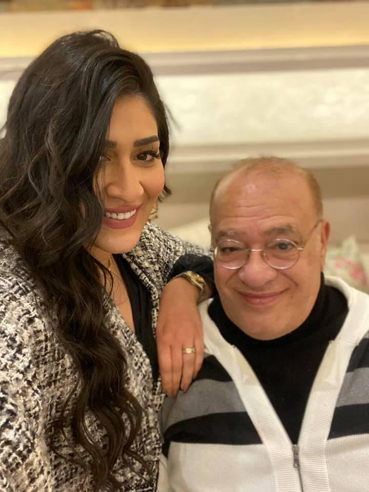 دنيا مع والدها الفنان صلاح عبد الله