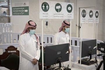 موظفو الحرمين يتابعون النظام الجديد