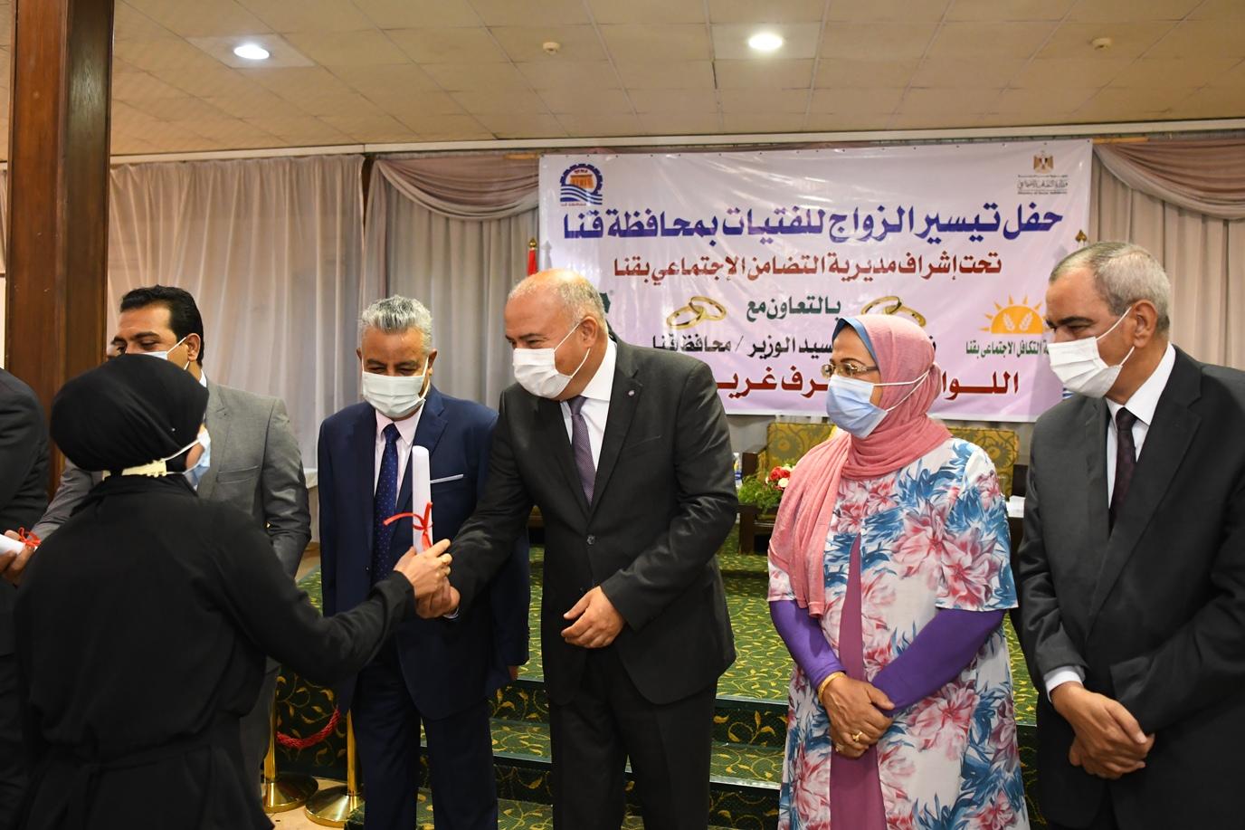 محافظ قنا يسلم شهادات الاجهزة